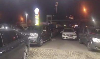 محطة وقود في موسكو تسمح للمصلين باستخدامها كموقف سيارات